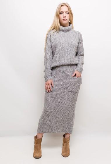 Pull et jupe longue en maille côtelée. La mannequin mesure 170cm, TU correspond à 38/40