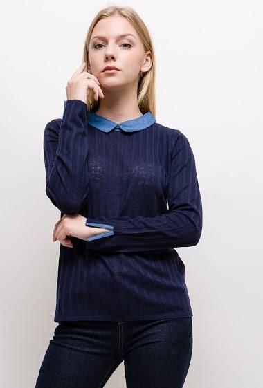Pull avec col chemise intégré. La mannequin mesure 170cm et porte du S. Longueur:60cm