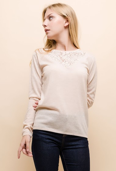 Fine knit sweater, lace yoke. The model measures 170cm and wears S. Length:60cm