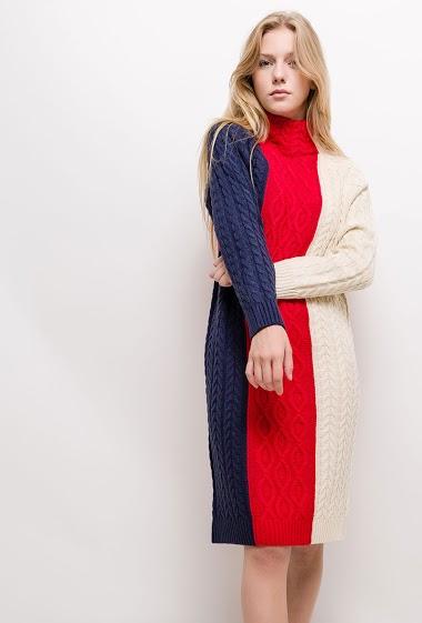 Robe en maille torsadée color block, col roulé. La mannequin mesure 170cm et porte du S/M. Longueur:115cm