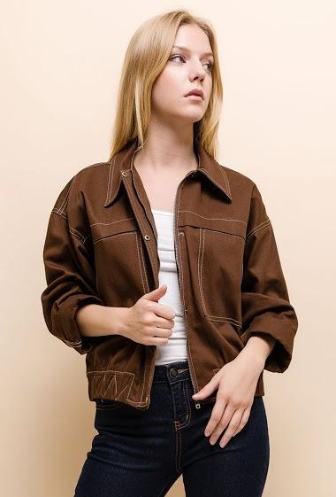 Veste avec couture en contraste. La mannequin mesure 170cm et porte du S. Longueur:60cm