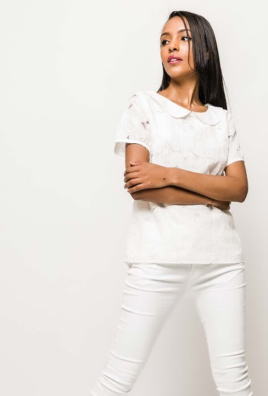 Short sleeve blouse. The model measures 172cm and wears S. Length:65cm