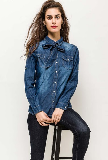 Denim shirt, roll-up sleeves. The model measures 176cm and wears S. Length:65cm