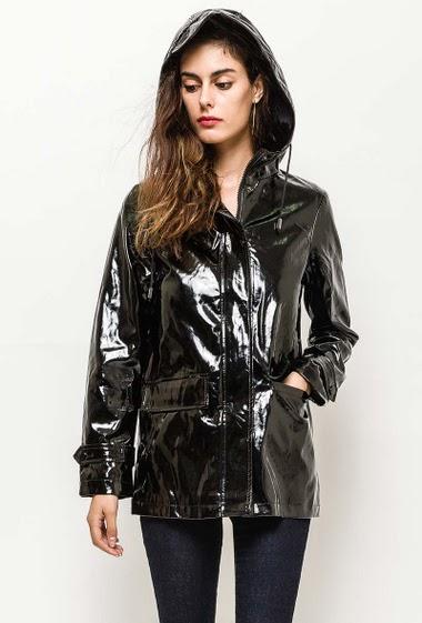 Waterproof jacket, hood, zip closure. The model measures 176cm and wears S. Length:65cm
