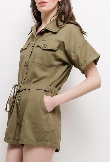 Combishort boutonné, manches courtes. La mannequin mesure 177cm et porte du S. Longueur:75cm