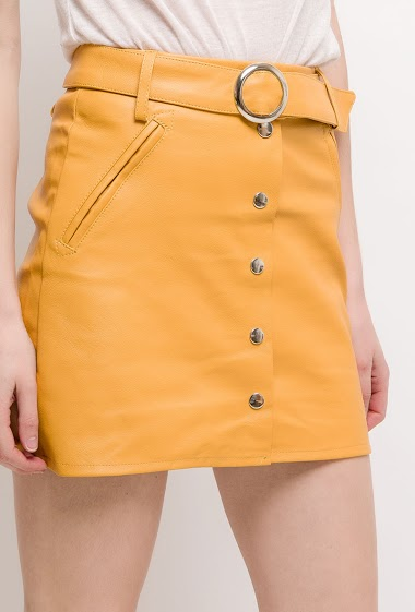 Fake leather skirt. The model measures 177cm and wears S