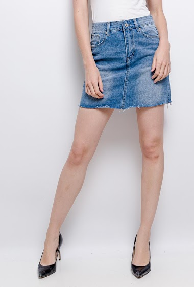 Skirt with raw edges. The model measures 177 cm