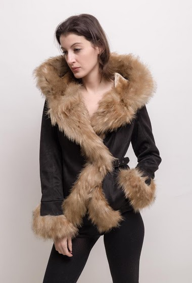 Suede jacket, fur inner, closure with buckle. The model measures 178cm and wears S. Length:55cm