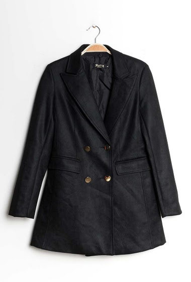 Long blazer with button closing. Pockets. The model measures 177cm and wears S. Length:82cm