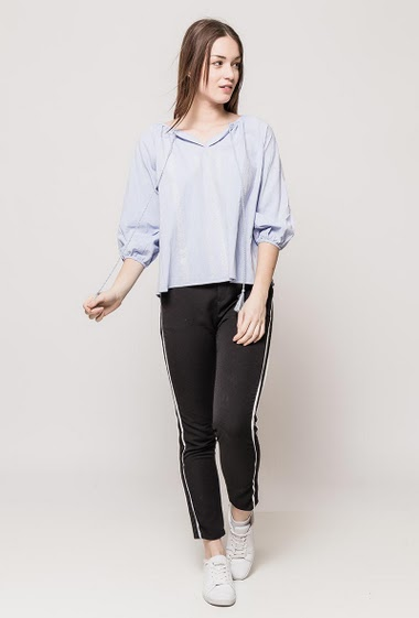 Cotton blouse decorated with embroideries, tie and tassels, casual fit. The model measures 175cm and wears S/M