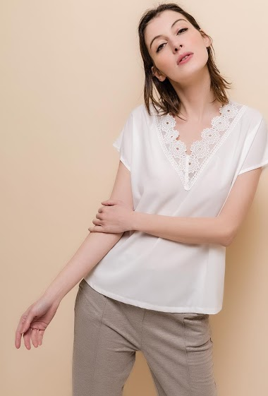 Blouse with V neck and scoop back, flowers. The model measures 178cm and wears S. Length:60cm
