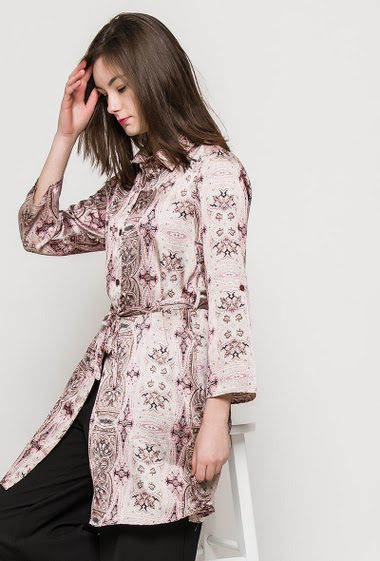 Silky shirt, paisley pattern, belt, 3/4 sleeves. The model measures 172cm and wears S. Length:90cm