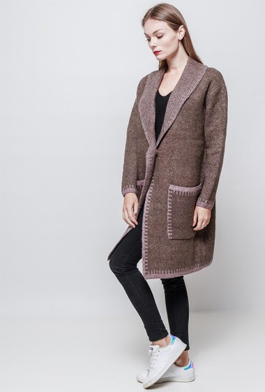 Long cardigan with button closing. Pockets. The model measures 177 cm and wears S.
