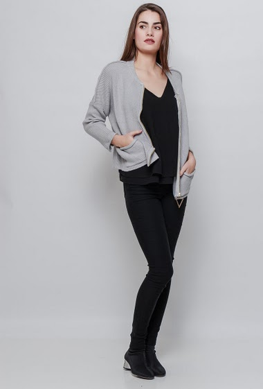 Soft knitted sweater, fancy zip. The model measures 172cm and wears S/M