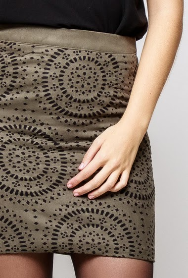 Mini skirt in suede, perforated pattern, zip closure. The model measures 172cm and wears S