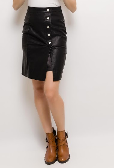 Button skirt. The model measures 176cm and wears S