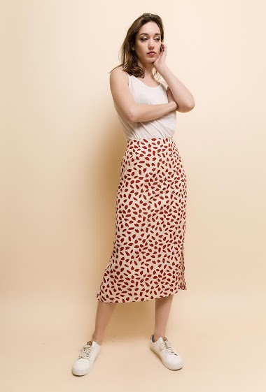 Skirt with split, geometric print. The model measures 177cm and wears S