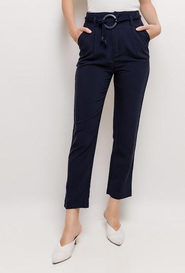 Pantalon avec ceinture. La mannequin mesure 176cm et porte du S