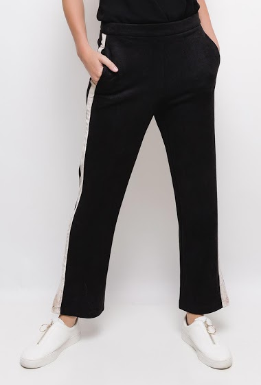 Invisible zip on the side. With pockets. Velvet side stripe. The model measures 177cm and wears S