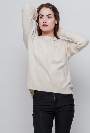 Knitted sweater, textured and soft knit, collar decorated with pearls. The model measures 172cm and wears S/M