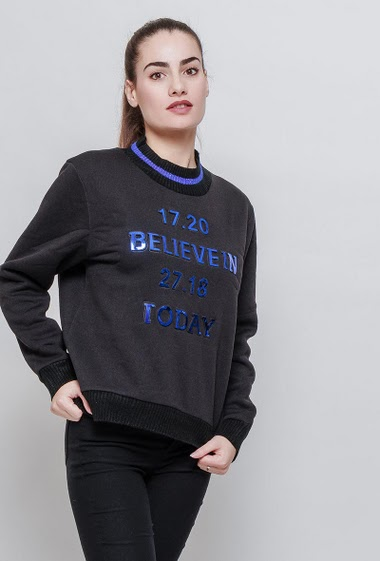 Sweatshirt with ribbed border, high collar, 3D shiny print. The model measures 172cm and wears S/M
