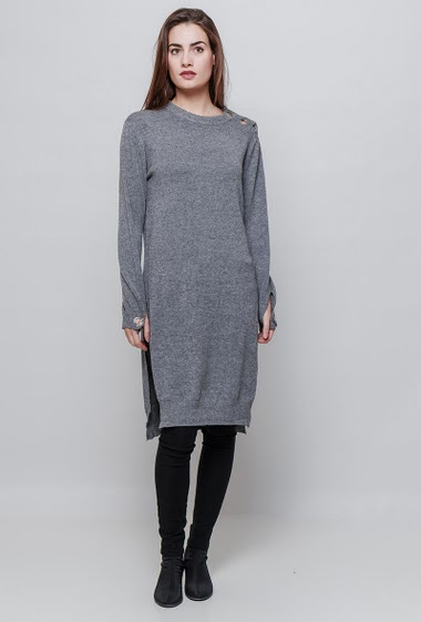 Soft knitted sweater, split side, fancy shoulders with eyelets. The model measures 172cm and wears S/M