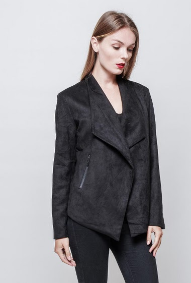 Jacket with pockets. The model measures 177 cm and wears S.