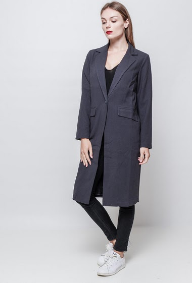 Jacket with button closing. Pockets. The model measures 177 cm and wears S.