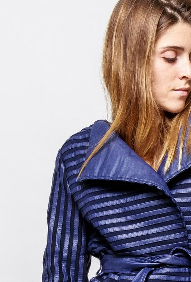 Striped leatherette jacket, belt. The model measures 172cm and wears S