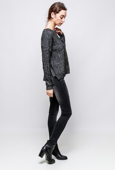 Soft sweater, ripped knit, decorative studs, casual fit. The model measures 177cm and wears S/M