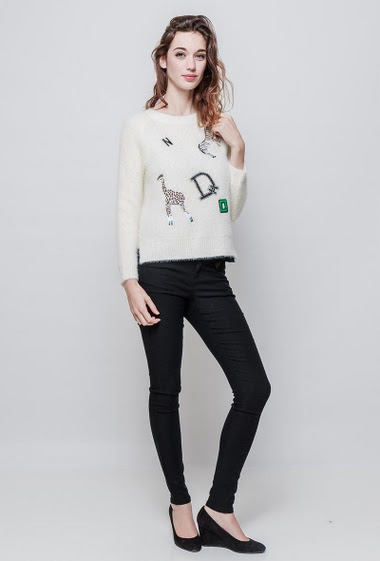Soft sweater, fluffy knit, embroidered patches, classic fit. The model measures 177 cm and wears S/M - Brand EXTELLE