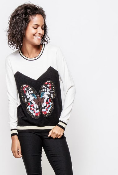 Bicolour sweater, embroidered butterfly, casual fit. The model measures 177cm and wears S/M