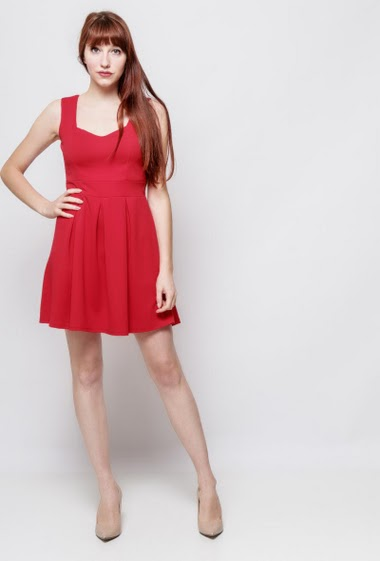 Sleeveless dress, open back, adjusted waist, flared fit, stretch fabric. The model measures 174cm, one size corresponds to 38-40