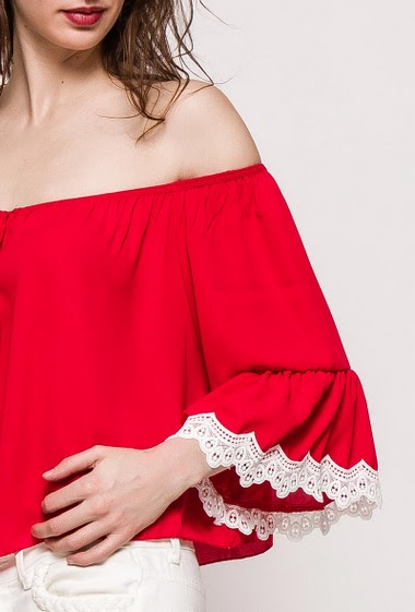 Off shoulder blouse. The model measures 177cm, one size corresponds to 10/12. Length:50cm