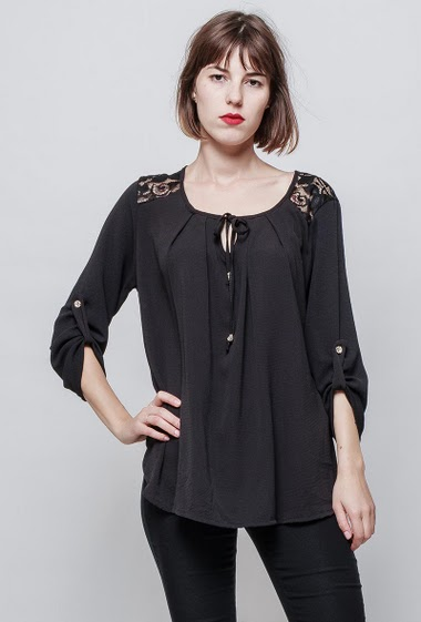 Blouse with lace yoke, roll-up sleeves, loose fit, fluid fabric. The model measures 172 cm, one size corresponds to 36/40.