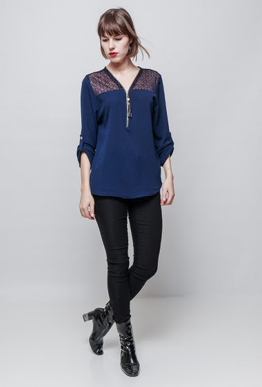 Blouse with lace yoke, roll-up sleeves, regular fit, fluid fabric. The model measures 172 cm, one size corresponds to 36/40.