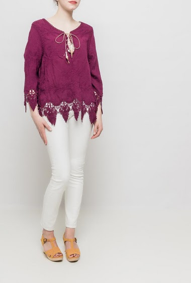 Top decorated with embroideries, lace-up collar with feathers, 3/4 sleeves, lace border, regular fit. TU corresponds to T38/40
