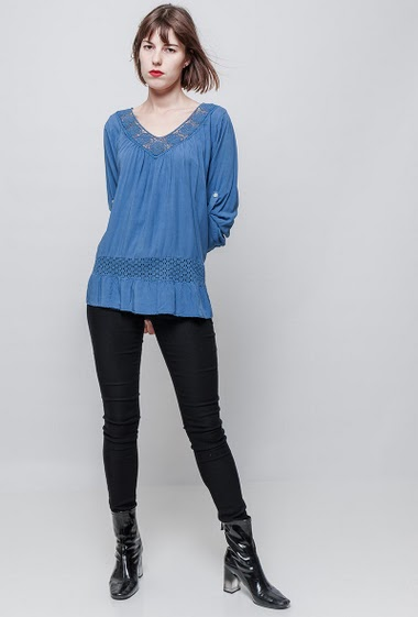 Blouse with lace yoke, flared fit, V neck, 3/4 sleeves, soft and fluid fabric. The model measures 172 cm, one size corresponds to 36/40.