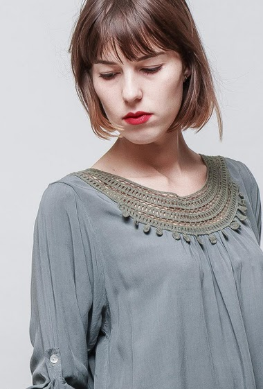 Blouse with lace yoke, flared fit, round collar, 3/4 sleeves, soft and fluid fabric. The model measures 172 cm, one size corresponds to 36/40.