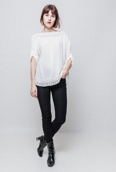 Blouse with lace yoke, flared fit, lace border, 3/4 sleeves, soft and fluid fabric. The model measures 172 cm, one size corresponds to 36/40.