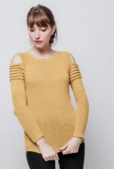 Knitted sweater, cold shoulder design, ribbed sleeves, classic fit. The model measures 174 cm, one size corresponds to 38/40