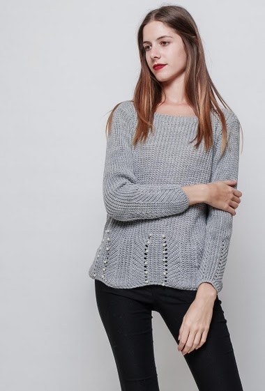 Ripped knitted sweater, decorative pearls, regular fit. The model measures 180cm, one size corresponds to 38-40
