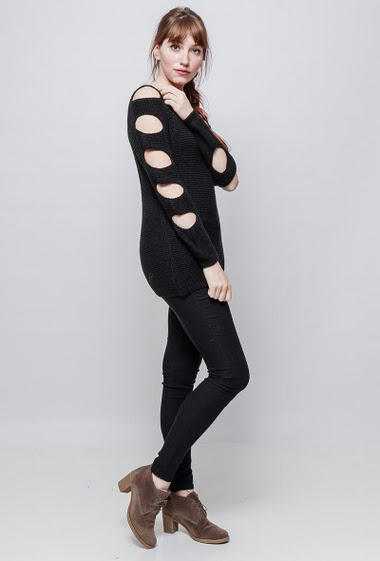 Knitted sweater, cut-out sleeves, classic fit. The model measures 174 cm, one size corresponds to 38/40