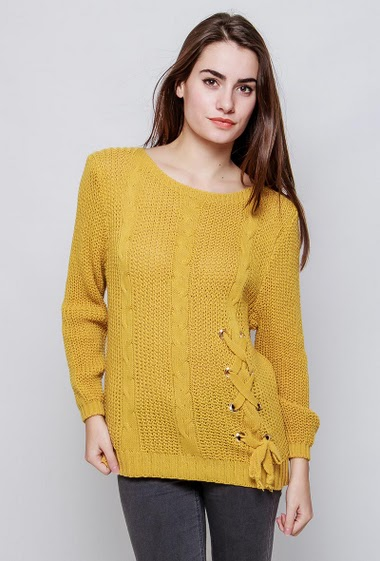 Knitted sweater with twists, lace-up front, casual fit. The model measures 172cm, one size corresponds to 38-40