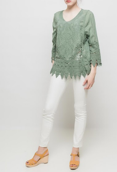 Top with short sleeves, round collar, lace yoke, regular fit. TU corresponds to T38/40