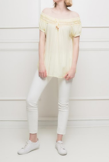 Feminin top with laced border around the collar. Short sleeves. Loose fit.TU corresponds to T38/40