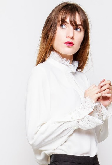 Blouse withrefined lace detail, zip closure. The model measures 178cm and wears M