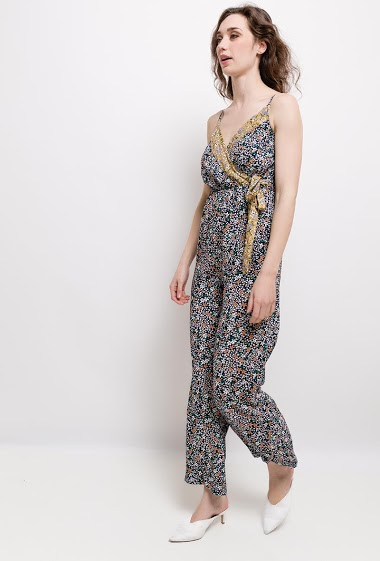 Printed jumpsuit, heart cover, shoulder straps. The model measures 177cm and wears S.