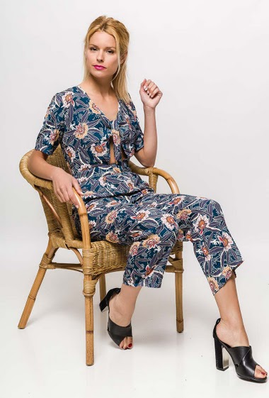 Short sleeve jumpsuit, printed flowers, tie front. The model measures 177cm and wears S. Length:138cm