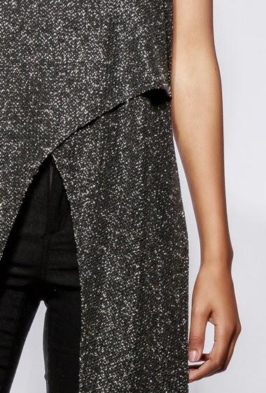 Débardeur long et croisé, tissu irisé, idéal pour les fêtes. La mannequin mesure 170cm et porte du S